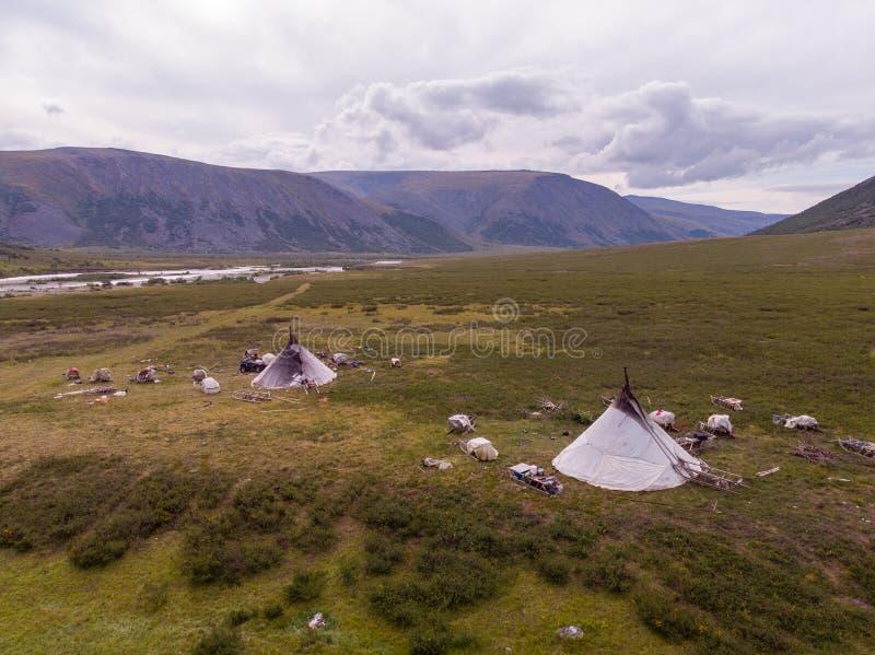 Nomad som samlas lägret i sommaren arkivfoto