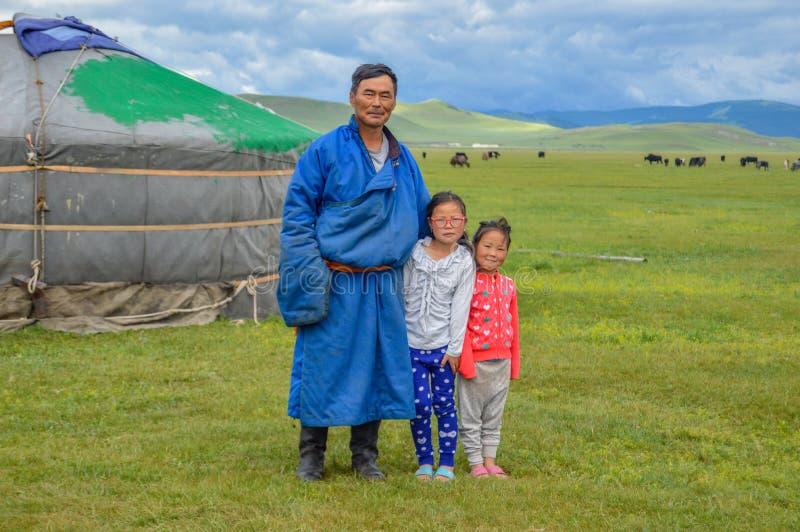 Nomade mongolo con la sua famiglia vicino a sua GER fotografia stock libera da diritti