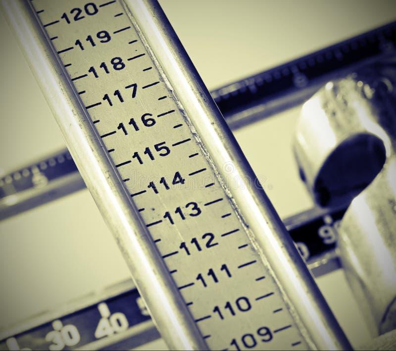Nombre d'une longue tige graduée pour mesurer la hauteur des enfants photographie stock libre de droits
