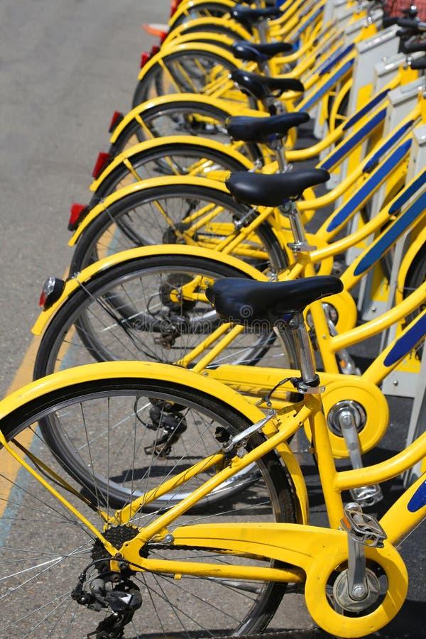 Nombre de bicyclettes dans le stock de vélo-partager urbain aux mouvements photographie stock