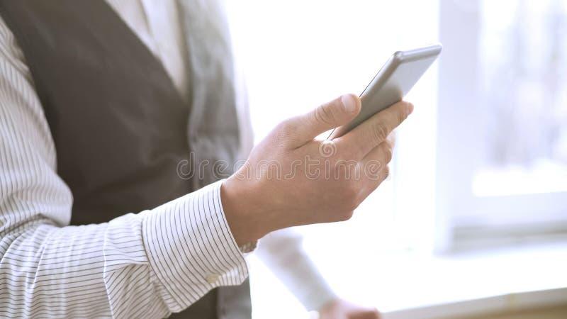 Nombre de composition d'homme d'affaires réussi au téléphone portable, appelle l'associé de société photographie stock