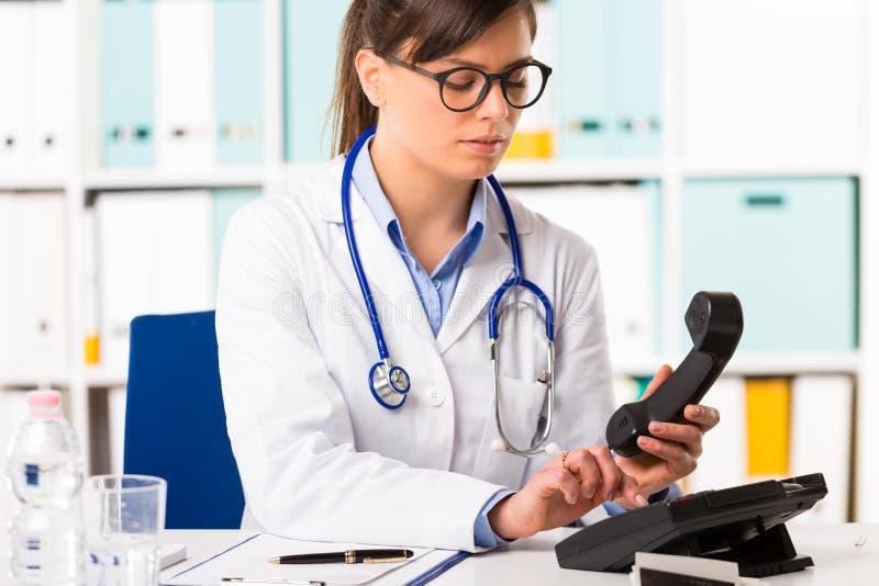 Nombre de composition de docteur féminin au téléphone images libres de droits