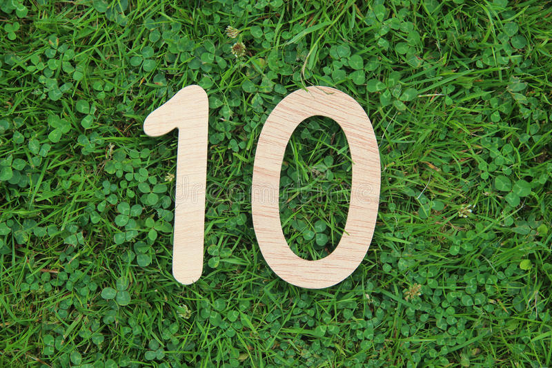 Nombre en bois 10 sur le fond d'herbe et de trèfle photo libre de droits