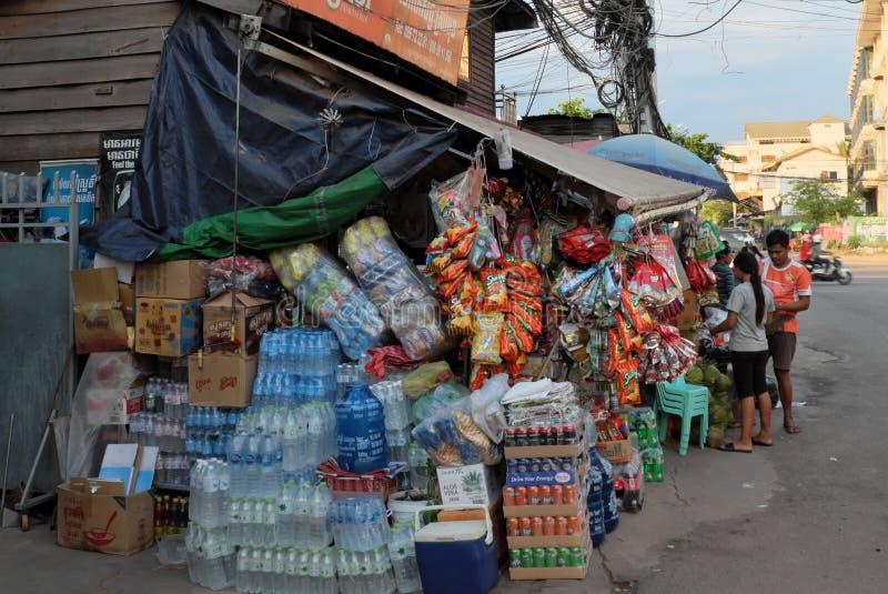 Nombre important de boîtes de toutes sortes de boissons et de nourriture près d'un petit magasin Bouteilles d'eau image libre de droits