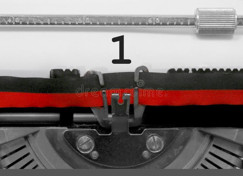 1 nombre par la vieille machine à écrire sur le livre blanc images stock