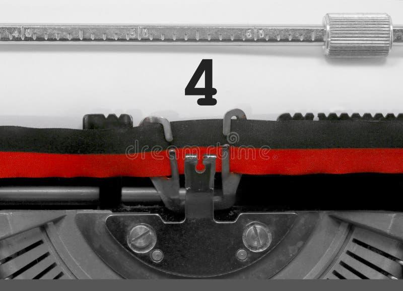 Nombre 4 par la vieille machine à écrire sur le livre blanc photos libres de droits