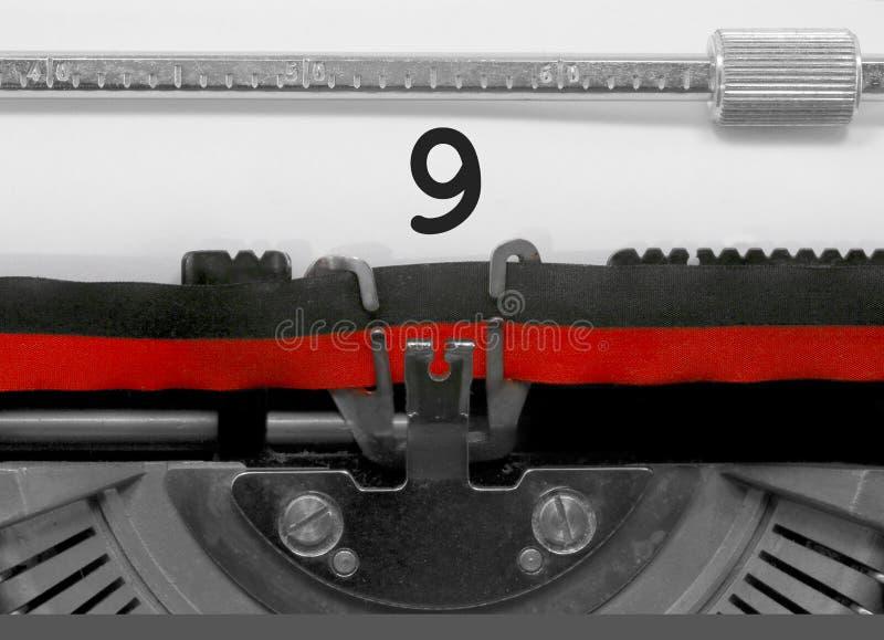 Nombre 9 par la vieille machine à écrire sur le livre blanc photos stock