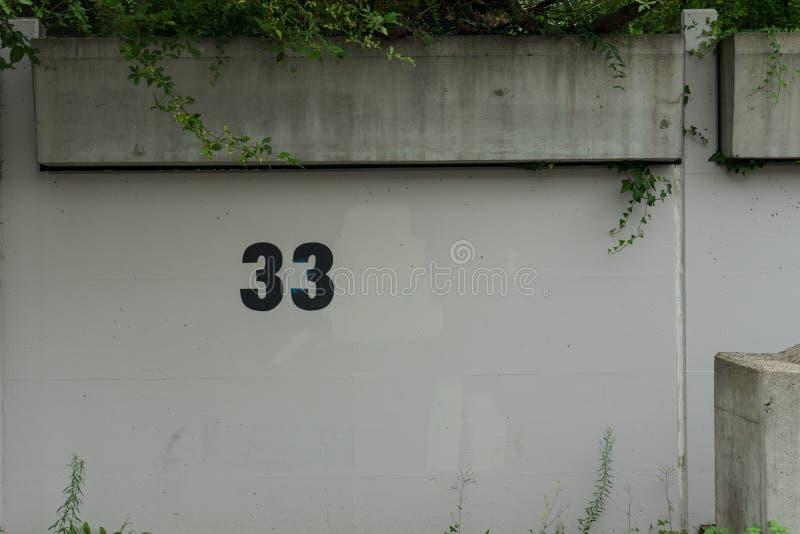nombre 33 sur le parking de mur image stock