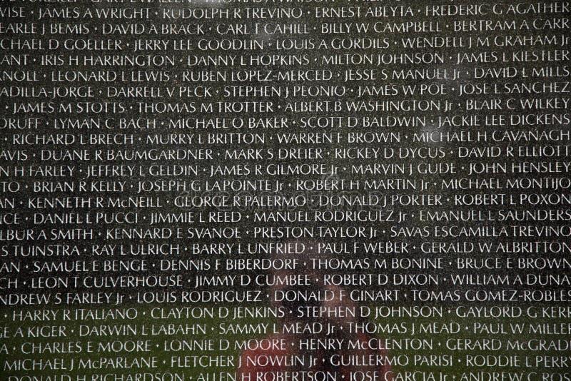 Nombres de las muertes de la guerra de Vietnam encendido imágenes de archivo libres de regalías