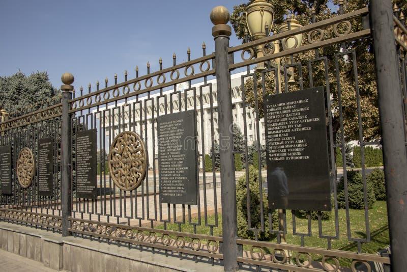 Nombres de mártires en las puertas de la Casa Blanca, Bishkek, Kirguistán imagen de archivo