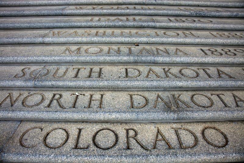 Nombres del estado delante del capitolio en Baton Rouge fotos de archivo libres de regalías
