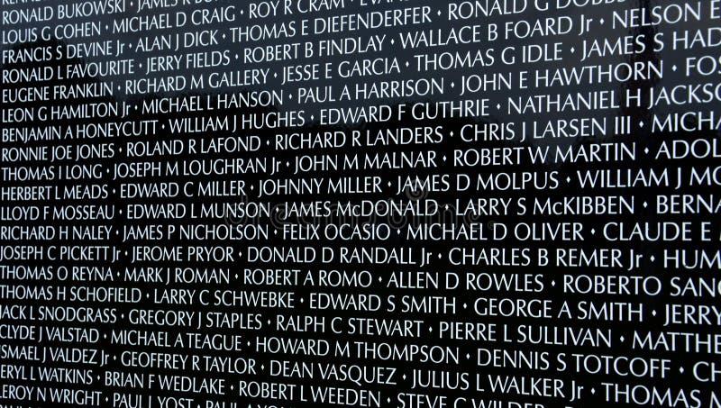 Nombres en la pared móvil traveing el objeto expuesto del monumento de guerra de Vietnam imagen de archivo