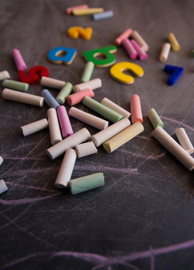 Nombres et lettres colorés de craies sur le tableau noir images libres de droits