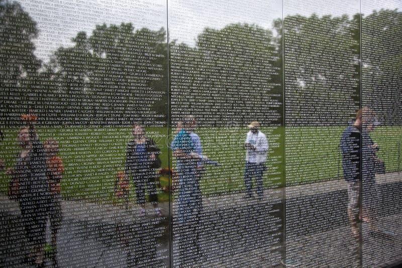 Nombres grabados de soldados muertos en la pared del monumento de Vietnam en la C.C. de Washington foto de archivo libre de regalías