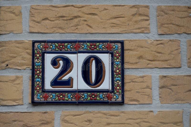 Nombres sur le mur de maison images stock