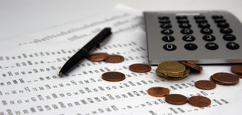 Nombres sur le papier, un stylo et une calculatrice, pièces de monnaie images libres de droits