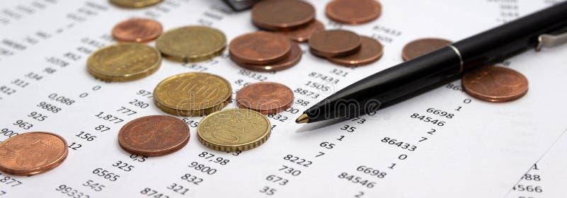 Nombres sur le papier, un stylo et une calculatrice, pièces de monnaie images stock