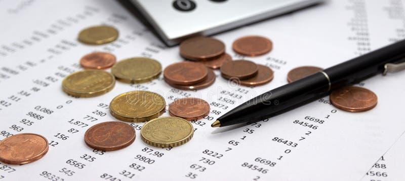 Nombres sur le papier, un stylo et une calculatrice, pièces de monnaie image stock