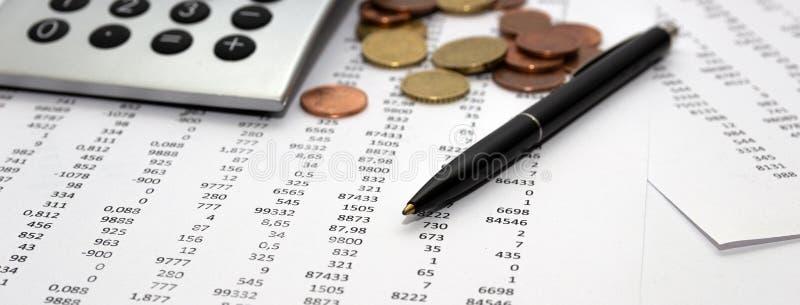 Nombres sur le papier, un stylo et une calculatrice, pièces de monnaie image libre de droits