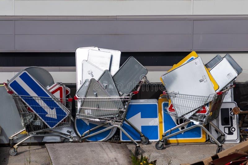Nombreux panneaux routiers dans les chariots d'épicerie infrastructure routière images libres de droits