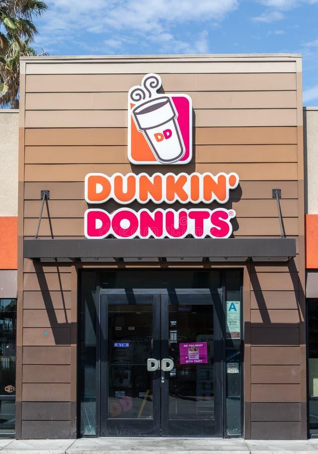 Nome das mudanças dos anéis de espuma de Dunkin a Dunkin somente fotos de stock