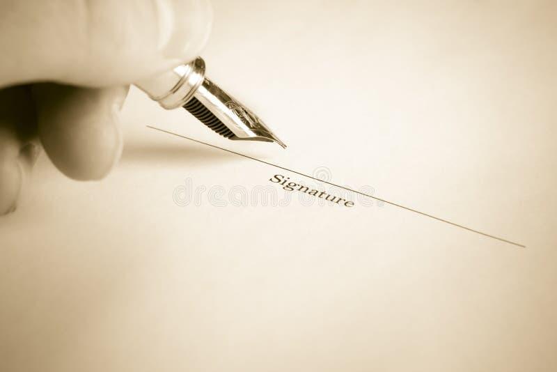 Nome de assinatura da mão esquerda com pena de fonte fotos de stock royalty free