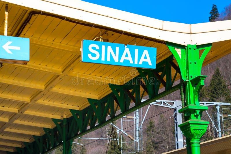 Nome no estação de caminhos-de-ferro, Romênia da cidade de Sinaia foto de stock