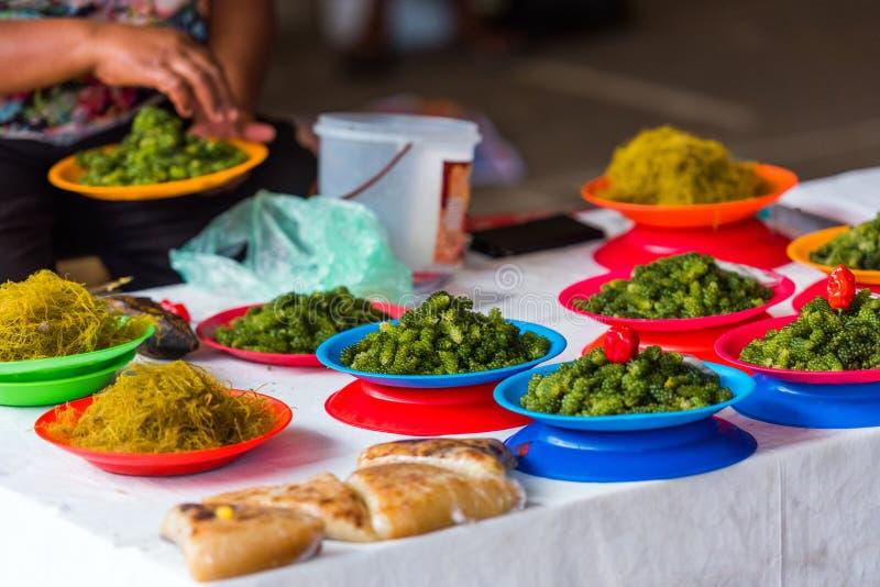 Nome verde nelle lamiere al mercato locale, Fiji Con focalizzazione selettiva fotografia stock