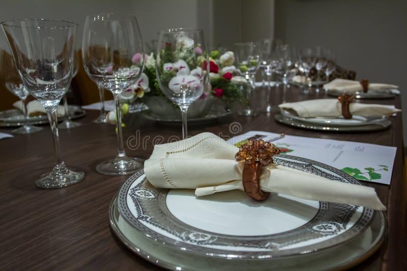Nomeações de tabela do casamento com fundo bonito das flores Romântico, dia do ` s do Valentim, dia do ` s da mãe Jantar romântic imagem de stock