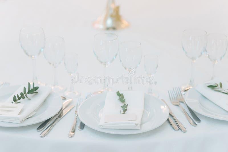 Nomeações de tabela no restaurante decoração do casamento com elementos florais fotos de stock
