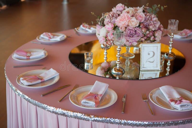Nomeações de tabela no restaurante Preparação do casamento foto de stock