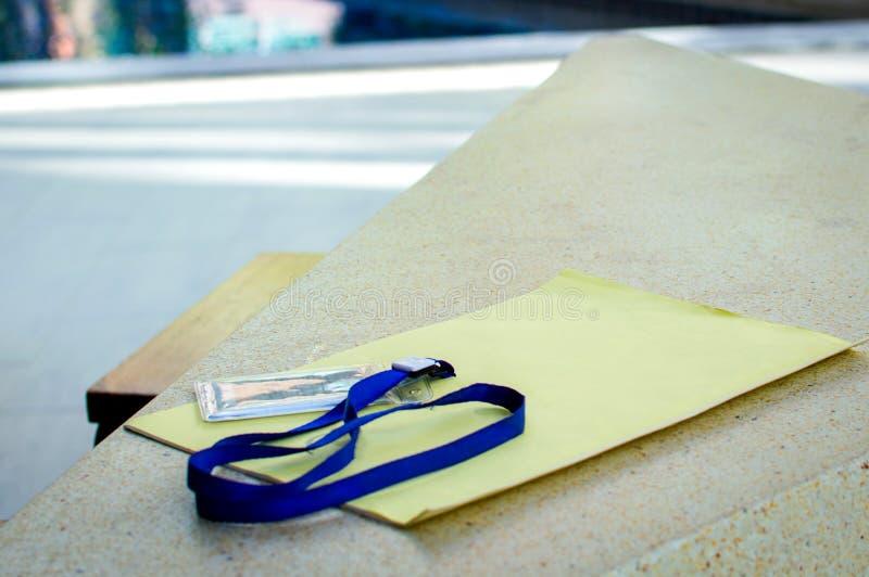 Nomini la carta di identificazione con cavo e documenti sulla tavola di pietra immagine stock libera da diritti