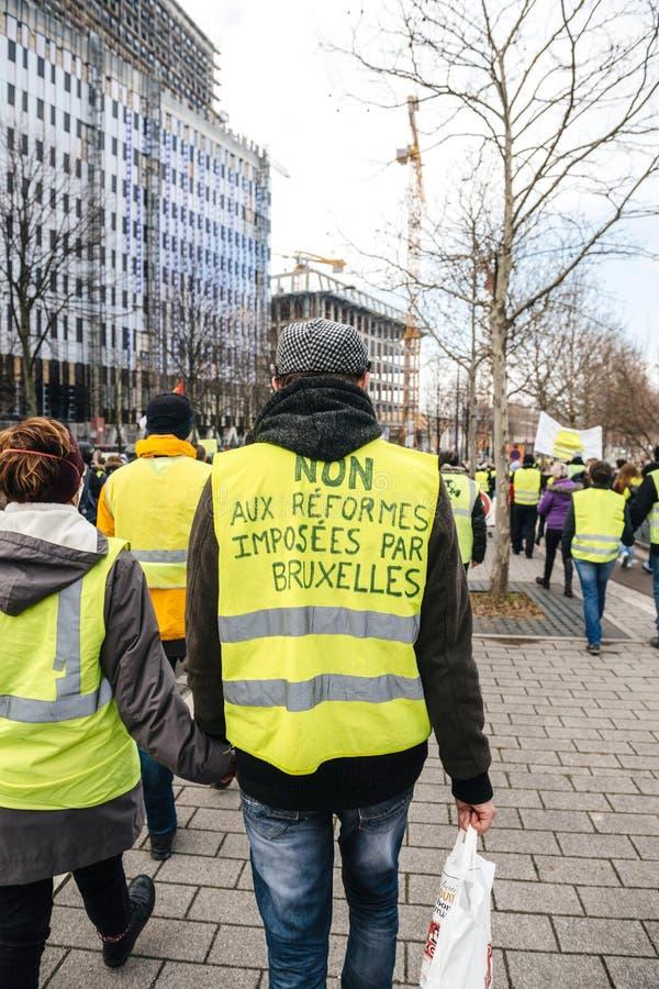 Non aux réformes imposées par l'inscription de Bruxelles au gilet jaune de Gilets Jaunes photos stock