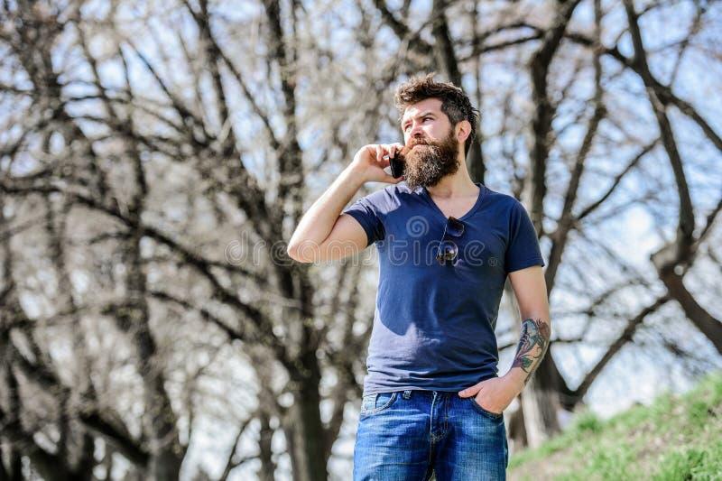Non disponibile al momento Pantaloni a vita bassa con la barba facendo uso del telefono cellulare Uomo con barba la chiamata Tele immagini stock