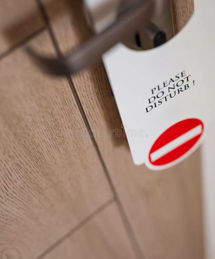 Non disturbi il segno alla porta di camera di albergo fotografia stock libera da diritti