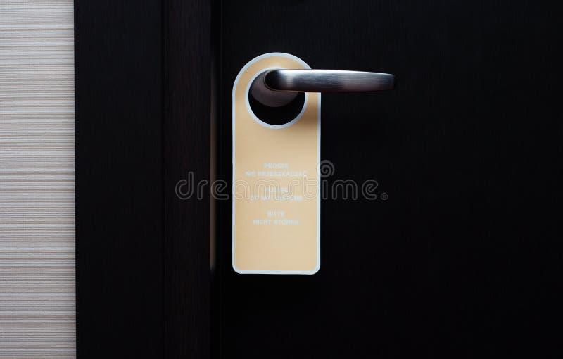 Non disturbi la maniglia su una porta dell'hotel, fine del segno su immagini stock