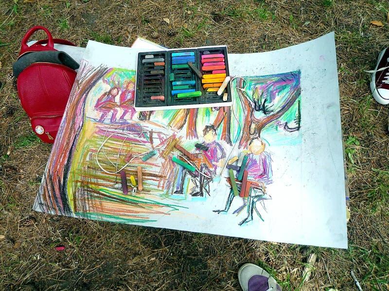 Non finishedpicture di giovane artista in un parco di estate fotografia stock