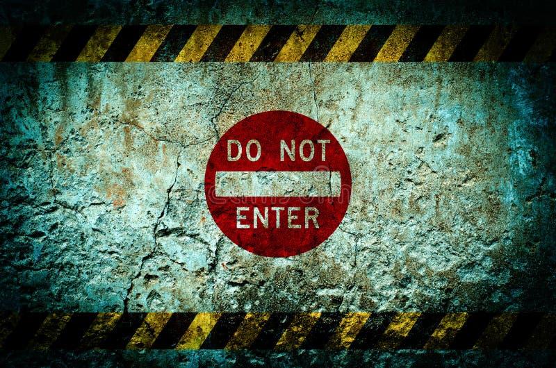 Non fornisca il segnale di pericolo sul fondo sporco della parete con il lerciume a immagine stock