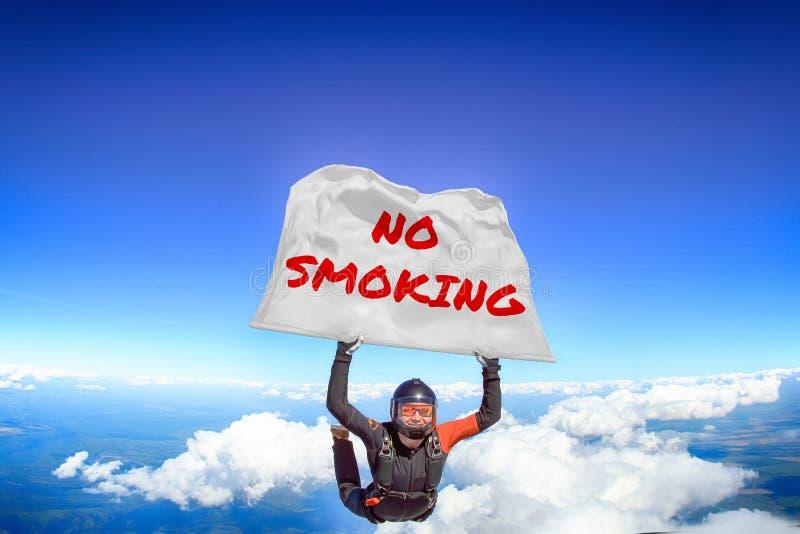 Non fumare Bandiera in paracadutismo Gente in caduta libera Paracadutista Sport estremi immagine stock libera da diritti