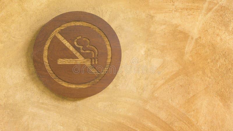 Non fumatori firmi dentro il pannello di legno fotografia stock libera da diritti