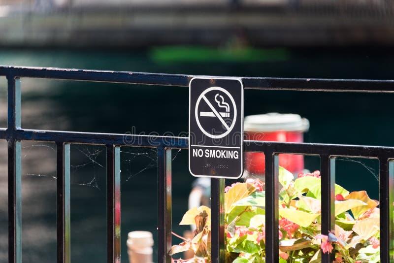 Non-fumeurs chantez d'un pont Chicago photographie stock libre de droits