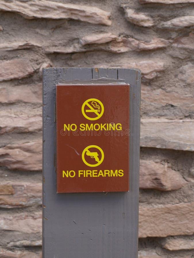 Non-fumeurs et aucunes armes à feu images stock