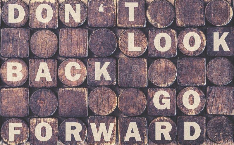 Non guardi indietro il messaggio fotografie stock