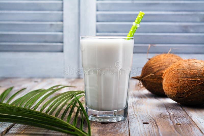Non lait de noix de coco de vegan de laiterie dans un verre grand image stock