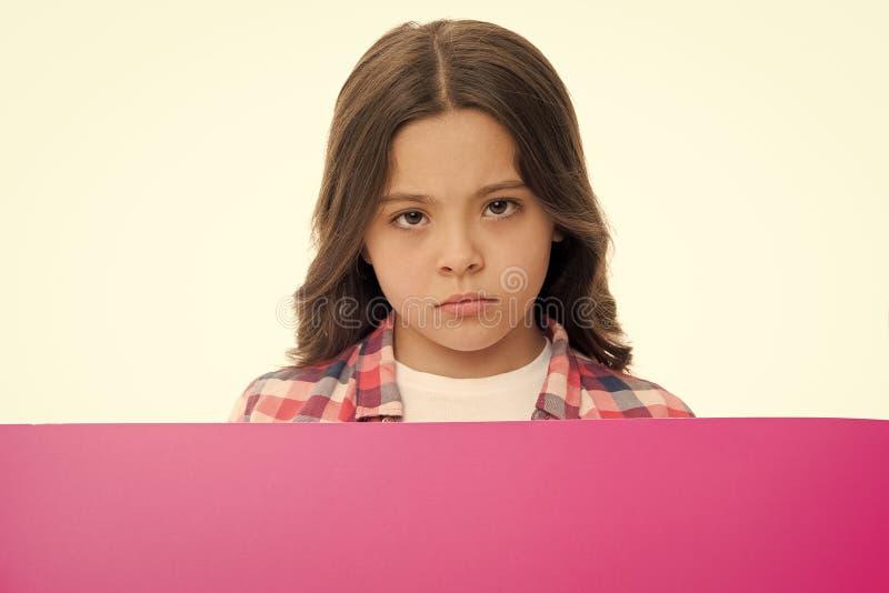 Non offendi i bambini Bambino della ragazza dietro lo spazio rosa della copia della superficie dello spazio in bianco Concetto de fotografia stock