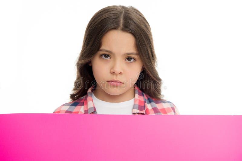Non offendi i bambini Bambino della ragazza dietro lo spazio rosa della copia della superficie dello spazio in bianco Concetto de immagini stock