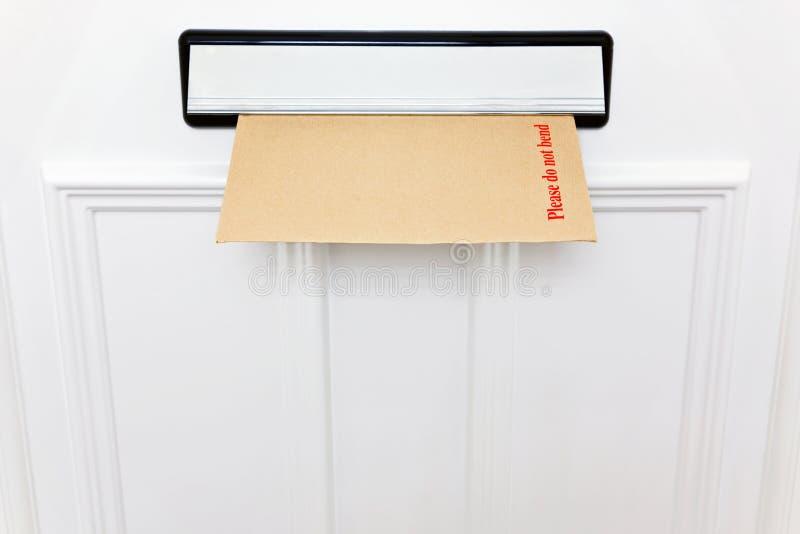 Non pieghi prego la busta in un letterbox immagine stock