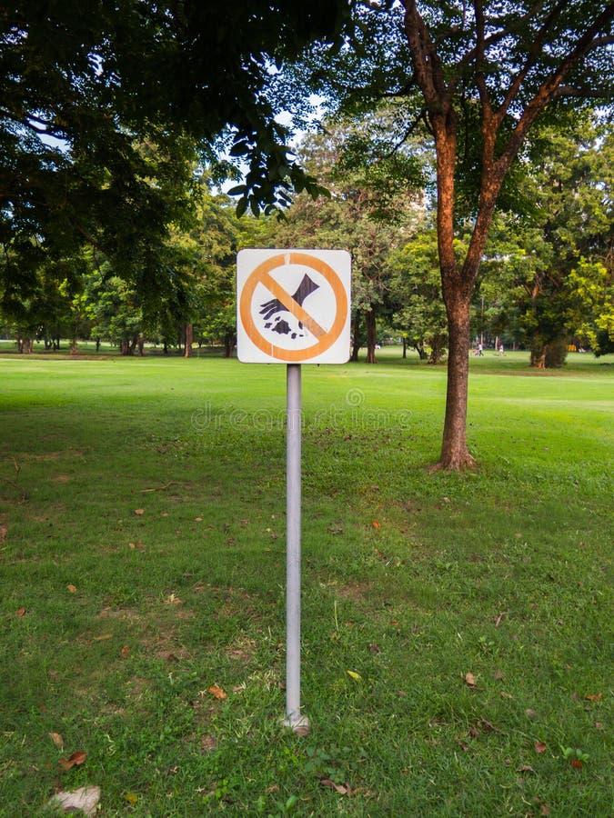 Non sporchi il segno su un parco immagine stock