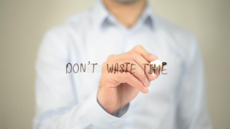 Non sprechi il tempo, scrittura dell'uomo sullo schermo trasparente fotografie stock libere da diritti