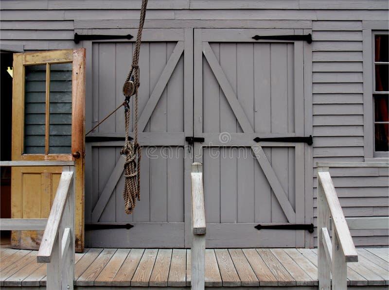 Download 门 库存图片. 图片 包括有 闭合, 灰色, 步骤, 视窗, 绳索, 木头 - 185647